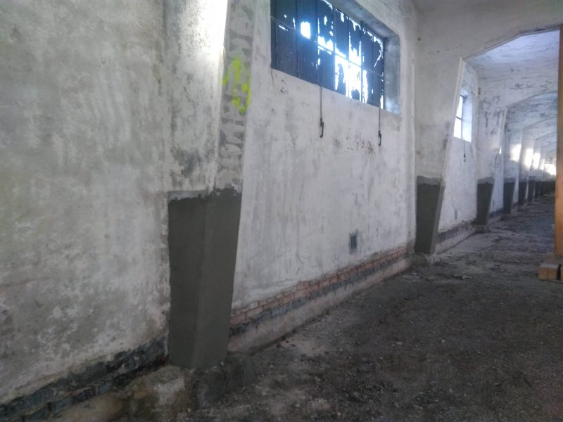 Untergrundvorbereitung durch Höchstdruckwasserstrahlen Entrosten des Stahles, metallisch blank (SA 2 1/2) durch Sandstrahlen. Korrosionsschutzanstrich Reparaturmörtels in der erforderlichen Schichtdicke. Einbauen eines Risse überbrückenden Beschichtungssystems OS5B