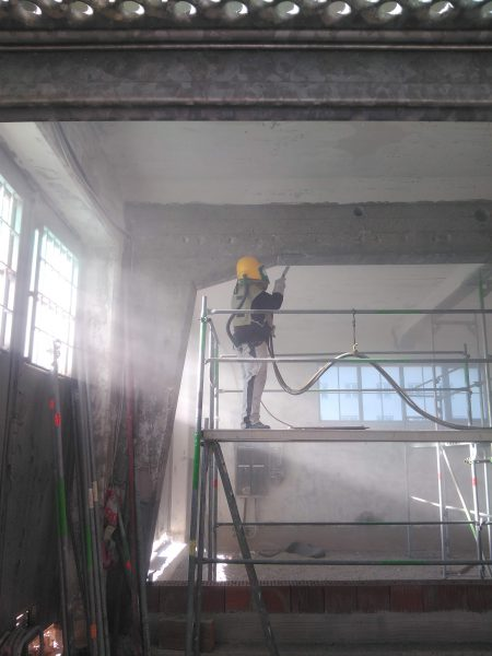 Sandstrahlen zum Zweck der Untergrundvorbereitung Für Spätere Beschichtungen